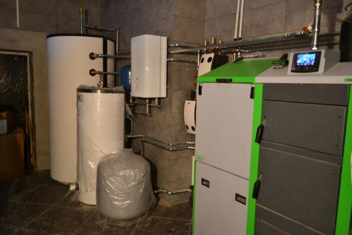 Монтаж системы отопления с твердотопливным пеллетным котлом SAS и электрическим котлом Protherm