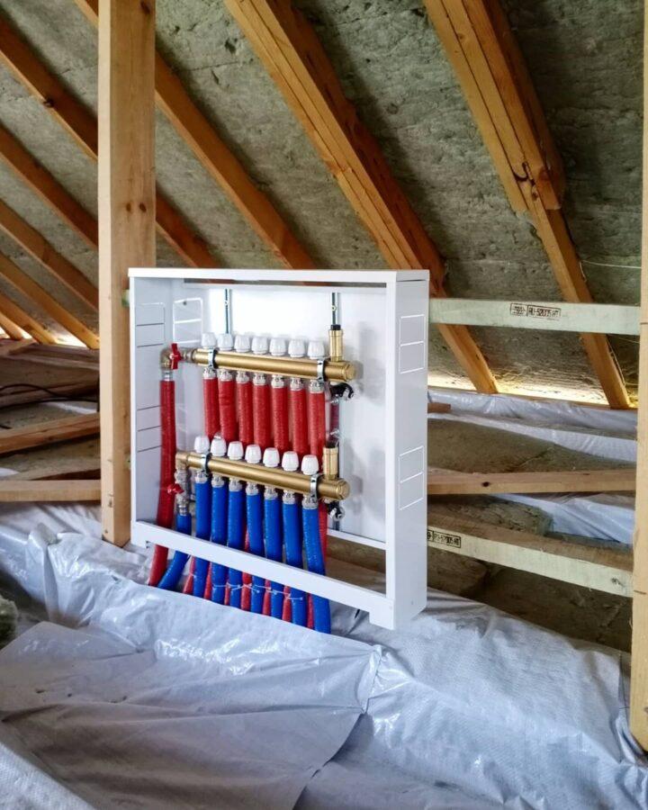 установка гребенки коллектора теплого пола на крыше